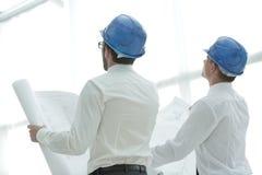 изолированная белизна вид сзади архитектор и построитель смотря пустой экран Стоковые Изображения
