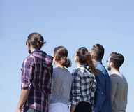 изолированная белизна вид сзади группа в составе студенты смотря космос экземпляра Стоковая Фотография RF