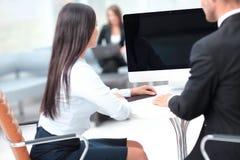 изолированная белизна вид сзади Успешный работник 2 сидя за столом Стоковые Изображения
