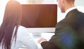 изолированная белизна вид сзади Успешный работник 2 сидя за столом Стоковые Изображения RF