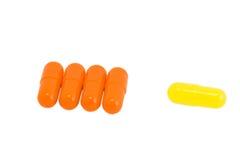 изолированная белизна витамина пилек Стоковое фото RF