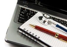 изолированная белизна стетоскопа тетради компьтер-книжки Стоковая Фотография