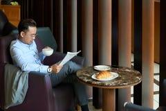 изолированная бизнесменом белизна чтения газеты стоковые фотографии rf