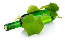 изолированная виноградина бутылки выходит белое вино Стоковые Фото