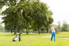 изолированная гольфом студия съемки игрока Стоковые Фотографии RF