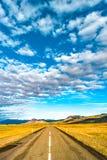 Изолированная дорога и исландский красочный ландшафт на Исландии, Стоковые Изображения RF