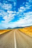 Изолированная дорога и исландский красочный ландшафт на Исландии, Стоковое Фото