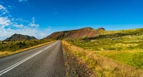 Изолированная дорога и исландский красочный ландшафт на Исландии, Стоковое фото RF