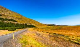 Изолированная дорога и исландский красочный ландшафт на Исландии, Стоковая Фотография RF
