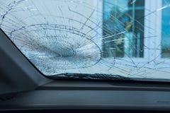 изолированная иллюстрация автомобиля аварии 3d представила белизну внутри автомобиля фронта автомобиля стеклянного сломленный изо Стоковое Изображение