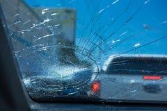 изолированная иллюстрация автомобиля аварии 3d представила белизну внутри автомобиля фронта автомобиля стеклянного сломленный изо Стоковые Фотографии RF