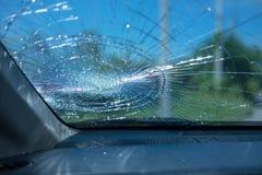 изолированная иллюстрация автомобиля аварии 3d представила белизну внутри автомобиля фронта автомобиля стеклянного сломленный изо Стоковые Изображения