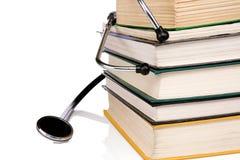 изолированная книгами белизна стетоскопа кучи Стоковые Изображения RF