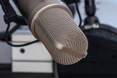 изолированная предпосылкой белизна студии микрофона Стоковые Изображения RF