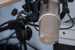 изолированная предпосылкой белизна студии микрофона Стоковое Изображение