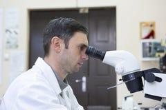 изолированная предпосылкой деятельность научного работника лаборатории белая Экранное изображение молекулы сделанное собой стоковые фото