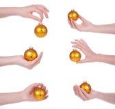 изолированная рука рождества шариков женская Стоковая Фотография