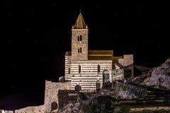 Изолированная церковь к ноча около Ла Spezia церков Portovenere/St Peter моря, Италии стоковые изображения rf