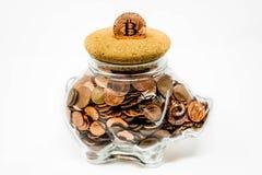 Изолированная ясная копилка вполне монеток 1p и 2p Великобритании стоковое фото rf