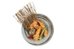 Изолированное взгляд сверху тэмпуры креветки и шиитаке с чилями служило в чернилах покрашенных вокруг каменной плиты Стоковое Фото