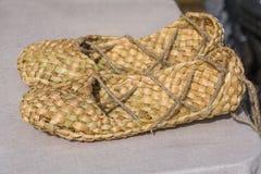 изолированное мочало предпосылки возражает ботинки белые Заплетенные ботинки сельское население России Стоковая Фотография