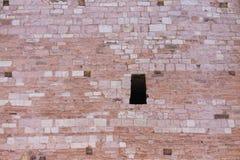 Изолированное отверстие в башне кирпичной стены Стоковая Фотография RF