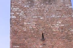 Изолированное отверстие в башне кирпичной стены Стоковые Изображения RF