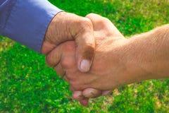 изолированное рукопожатие дела предпосылки будет партнером белизна Worklife Бизнес Стоковое Фото