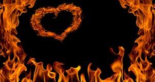 изолированное сердце пламени пожара предпосылки Стоковая Фотография