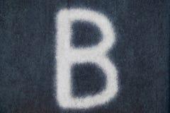 Изолированное b письмо мела в предпосылке классн классного Стоковые Изображения RF