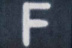 Изолированное f письмо мела в предпосылке классн классного Стоковое Изображение RF