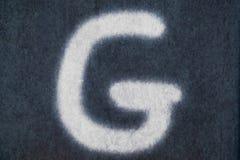 Изолированное g письмо мела в предпосылке классн классного Стоковые Фото
