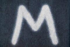 Изолированное m письмо мела в предпосылке классн классного Стоковые Изображения