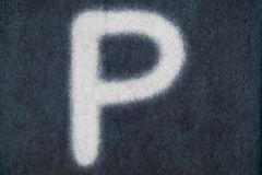 Изолированное p письмо мела в предпосылке классн классного Стоковые Фотографии RF