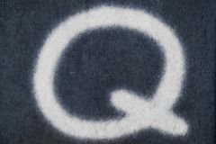 Изолированное q письмо мела в предпосылке классн классного Стоковое фото RF