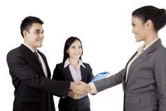 Изолированные азиатские бизнесмены рукопожатия Стоковые Фото