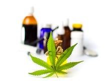 Изолированные бутылки масла лист и конопли марихуаны Стоковые Изображения RF