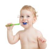 Изолированные зубы счастливого ребенка чистя щеткой стоковые фотографии rf