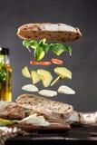 Изолированные ингредиенты для сэндвича плавая в воздух стоковые изображения