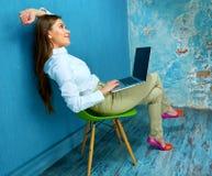 изолированные предпосылкой детеныши белой женщины компьтер-книжки работая Стоковая Фотография