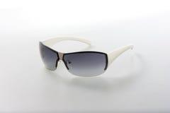 изолированные предпосылкой солнечные очки stylisg белые Стоковые Фото