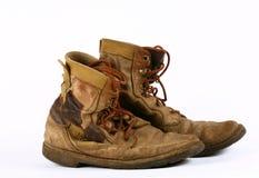 изолированные старые ботинки стоковые фотографии rf