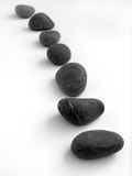 изолированные шагая камни белые стоковая фотография
