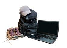 Изолированные backpackers рюкзака, крышки, компьтер-книжки, камеры и ботинок Стоковое Изображение RF