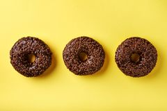 изолированные donuts шоколада предпосылки брызгают белизну Стоковое Фото