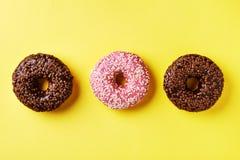 изолированные donuts шоколада предпосылки брызгают белизну Стоковая Фотография RF