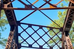 Изолированные gidders на винтажном железнодорожном мосте стоковая фотография rf