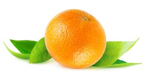 Изолированный апельсин на листьях стоковая фотография rf