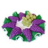 Изолированный вязать крючком крючком doily в форме фиолетовой виноградины с зеленым l стоковое фото rf