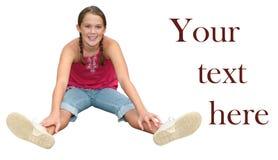 изолированный девушкой усмехаться усаживания предназначенный для подростков Стоковые Изображения RF